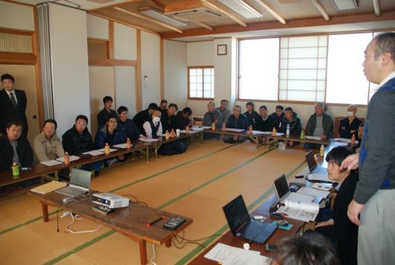 糸魚川の漁業者らと藤原氏(右端)ら研究者が話し合う