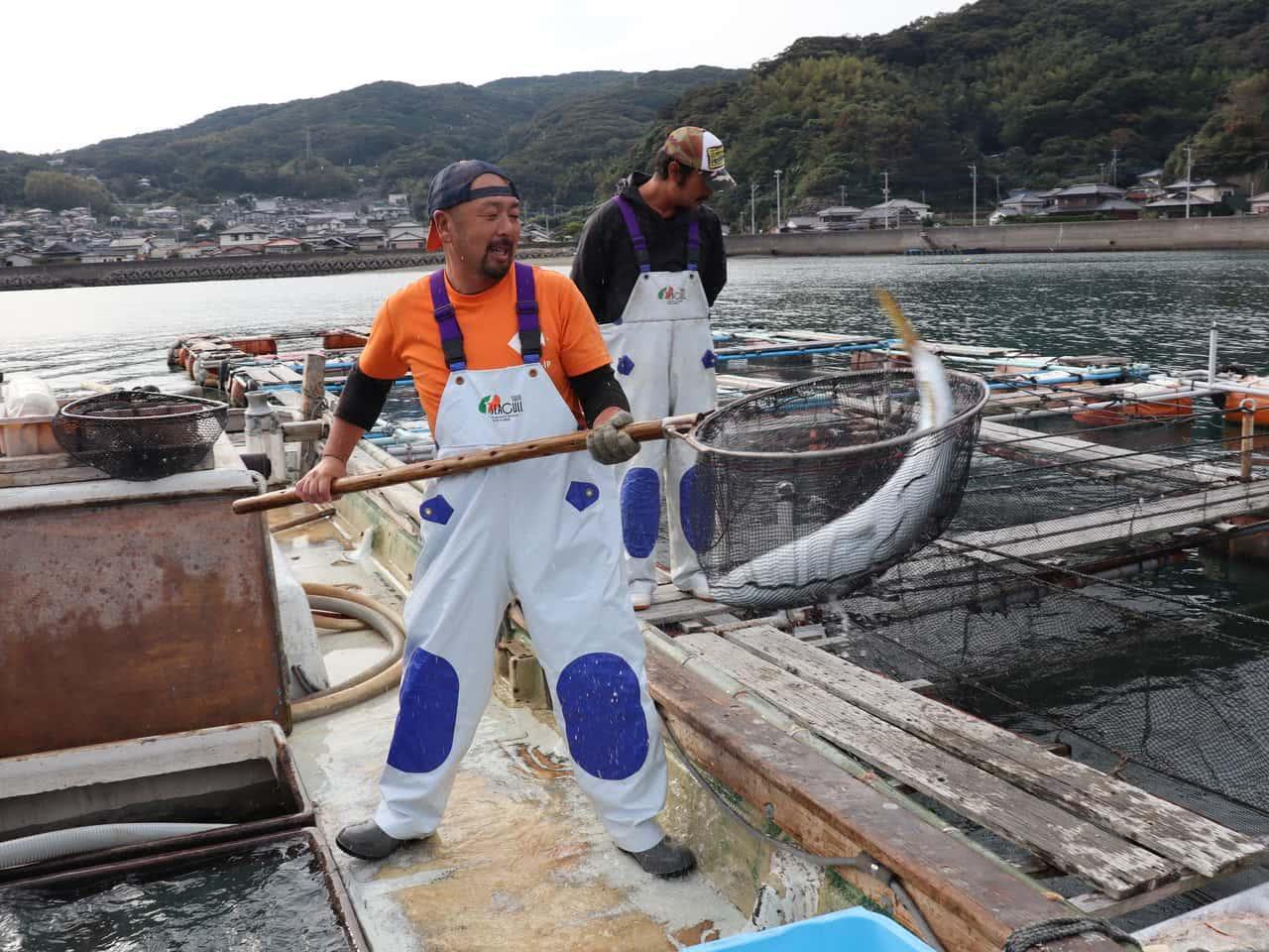 たもで魚をすくう平山さん