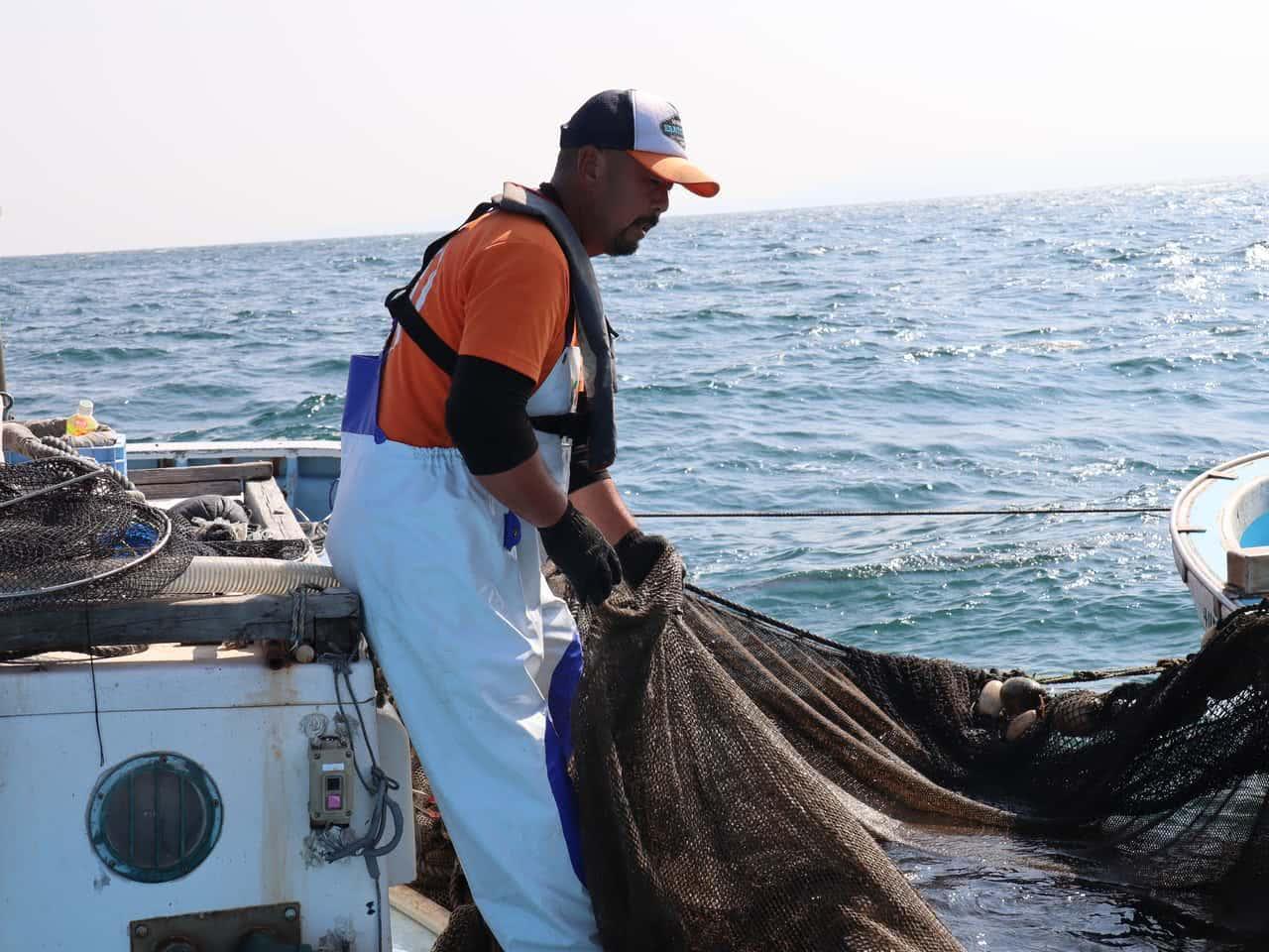 網を揚げる平山さん