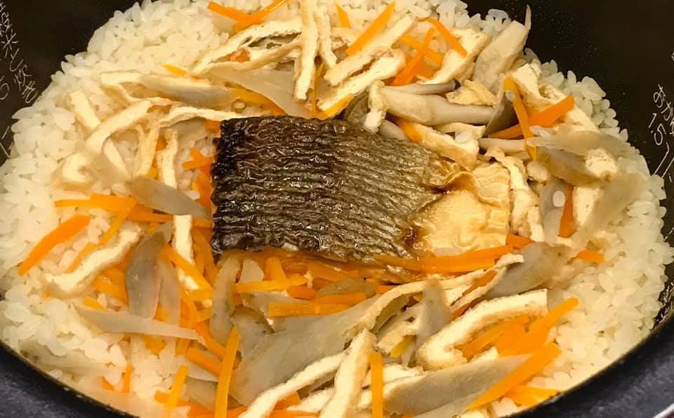 炊飯器にセットされた琵琶ますの炊き込みご飯
