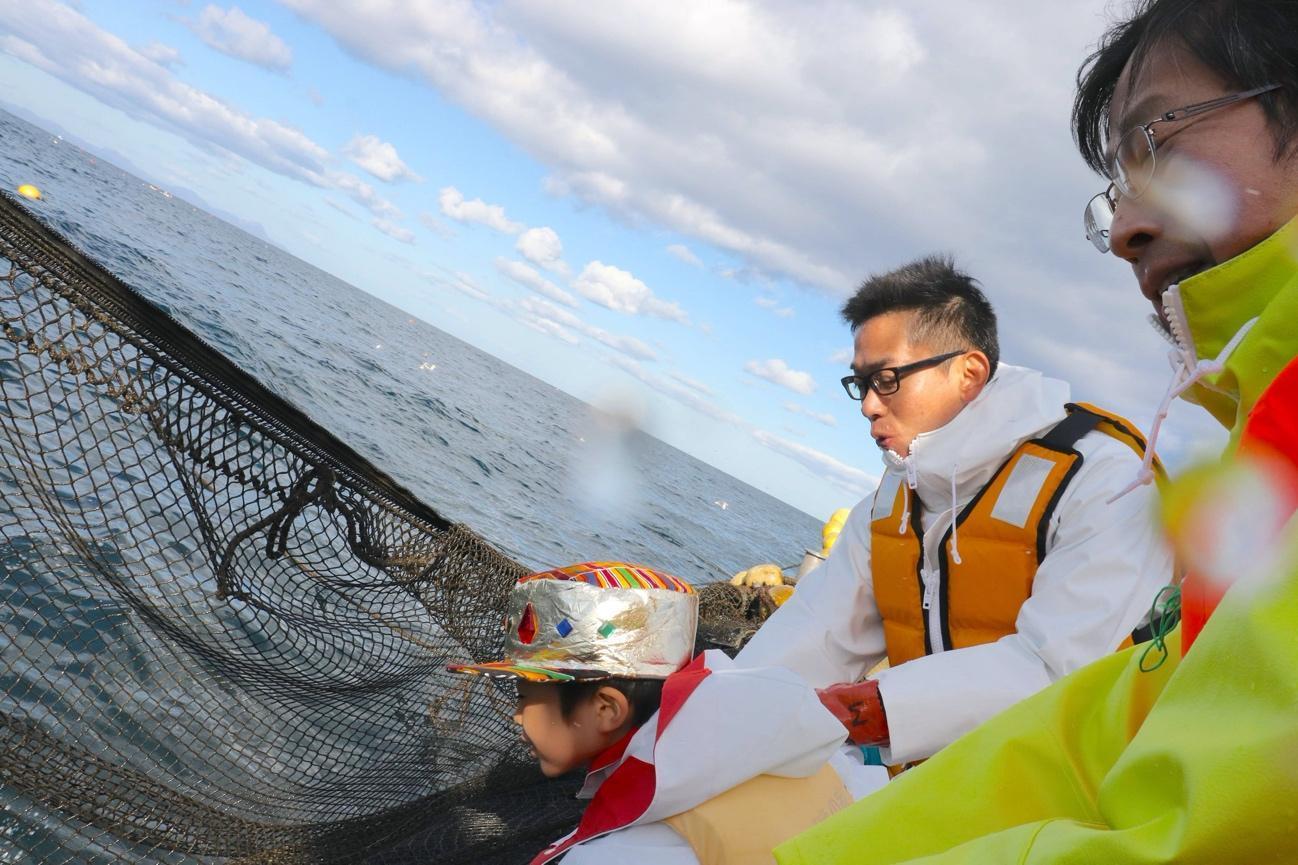 体験ツアーで網を引き揚げる