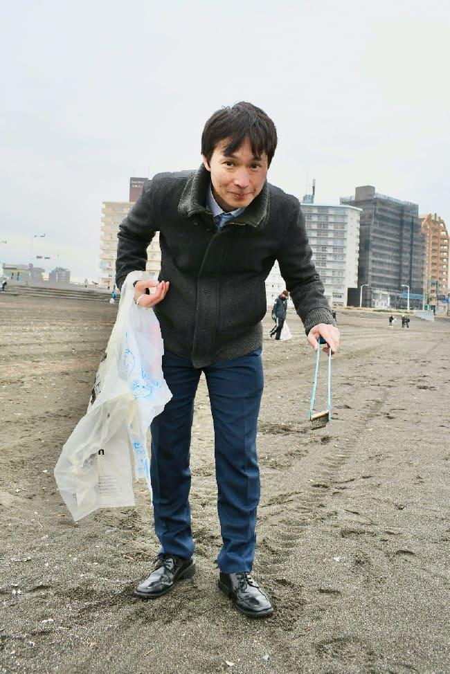 ゴミを拾う滝沢さん