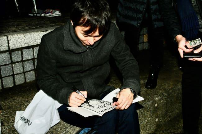 ライブに参加してくれたファンにサインをする