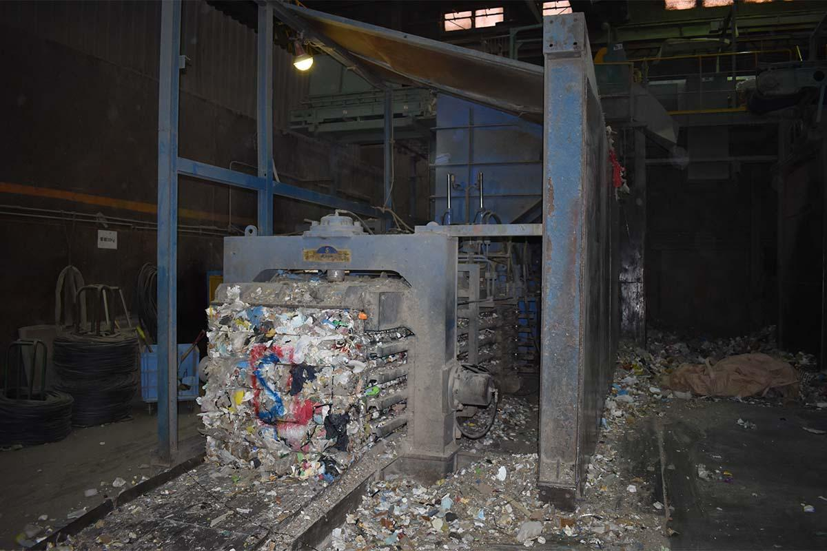 本社工場にある圧縮梱包機