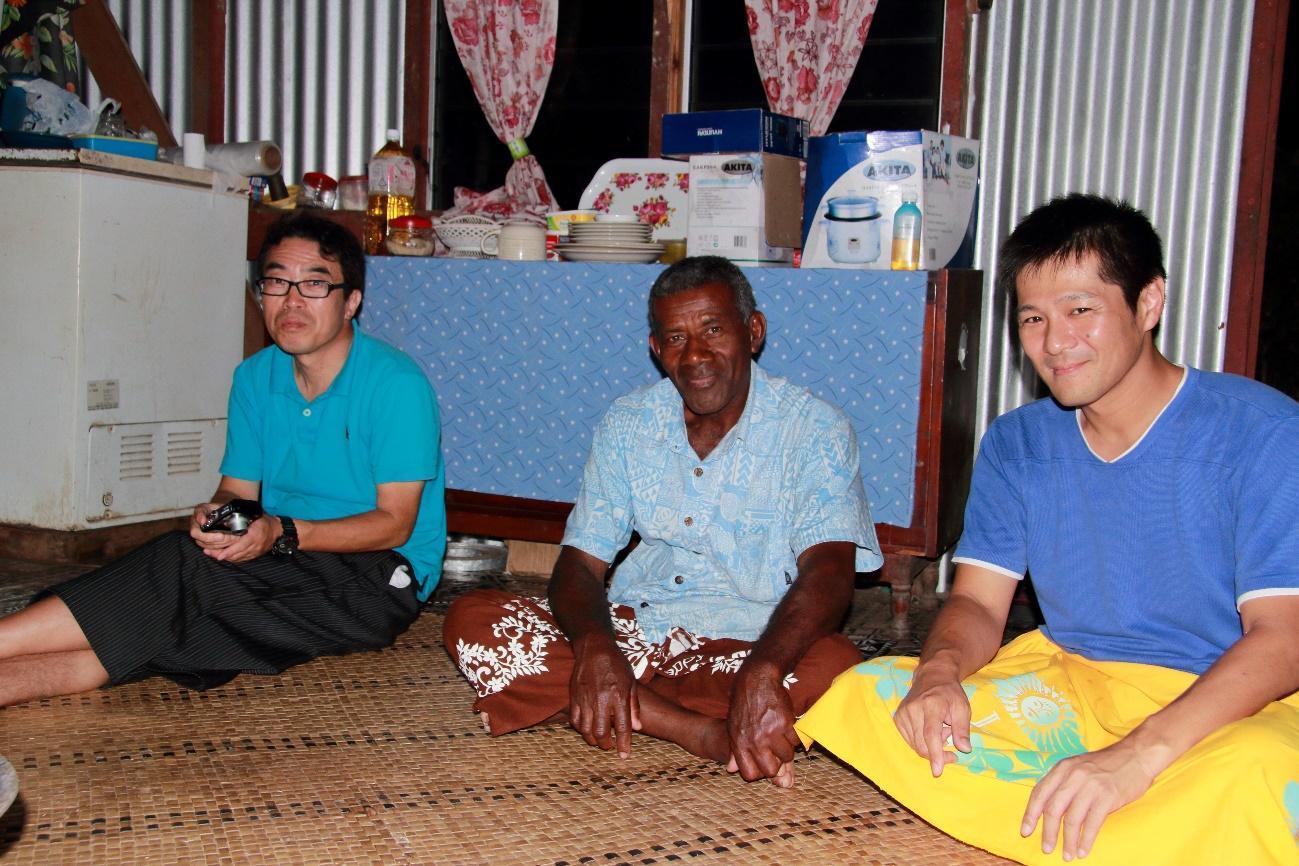 クミ村の責任者チョナさんとフィジー調査隊FijiBoysの隊長・河合教授