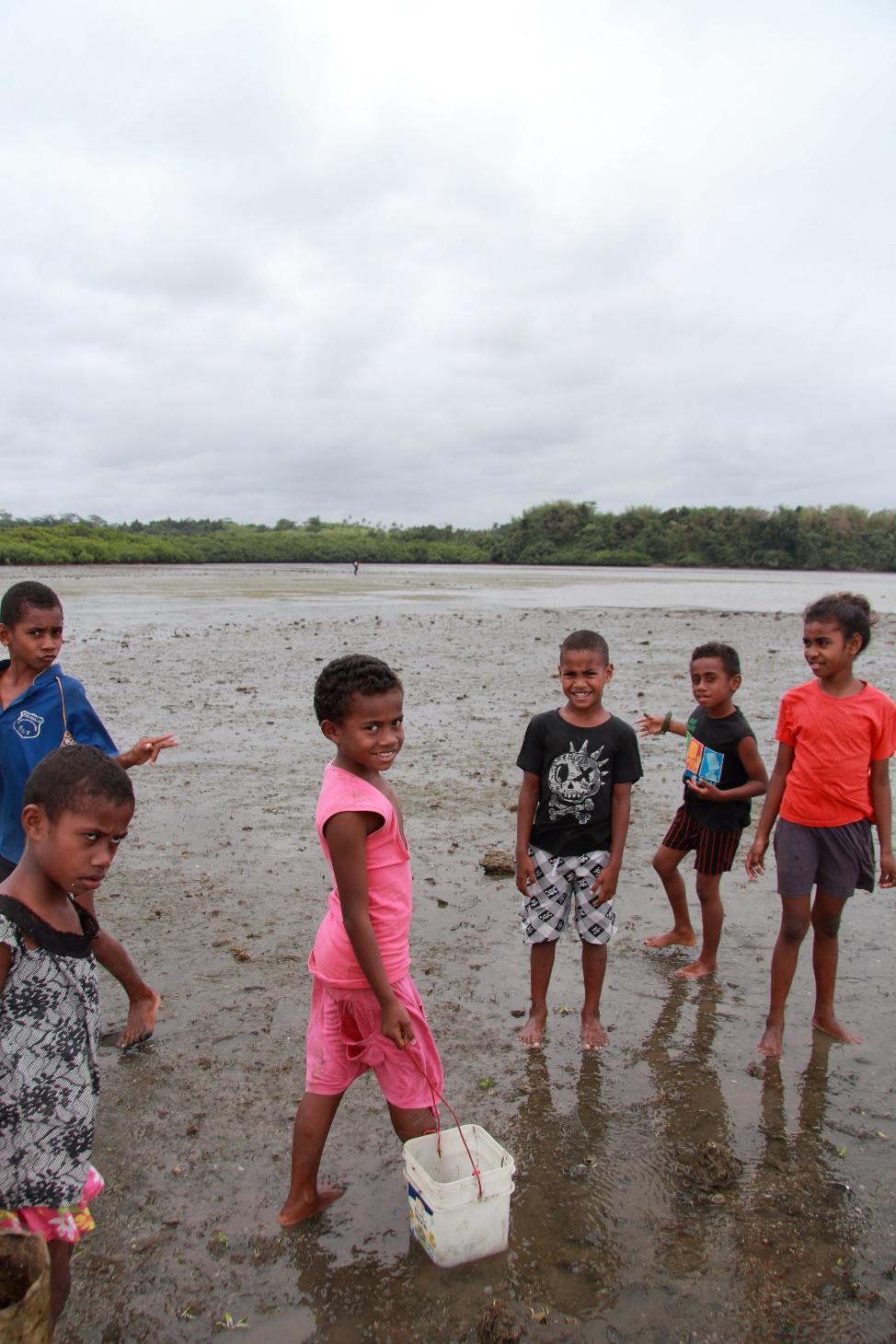 人懐っこい子供たちが漁場を案内してくれました