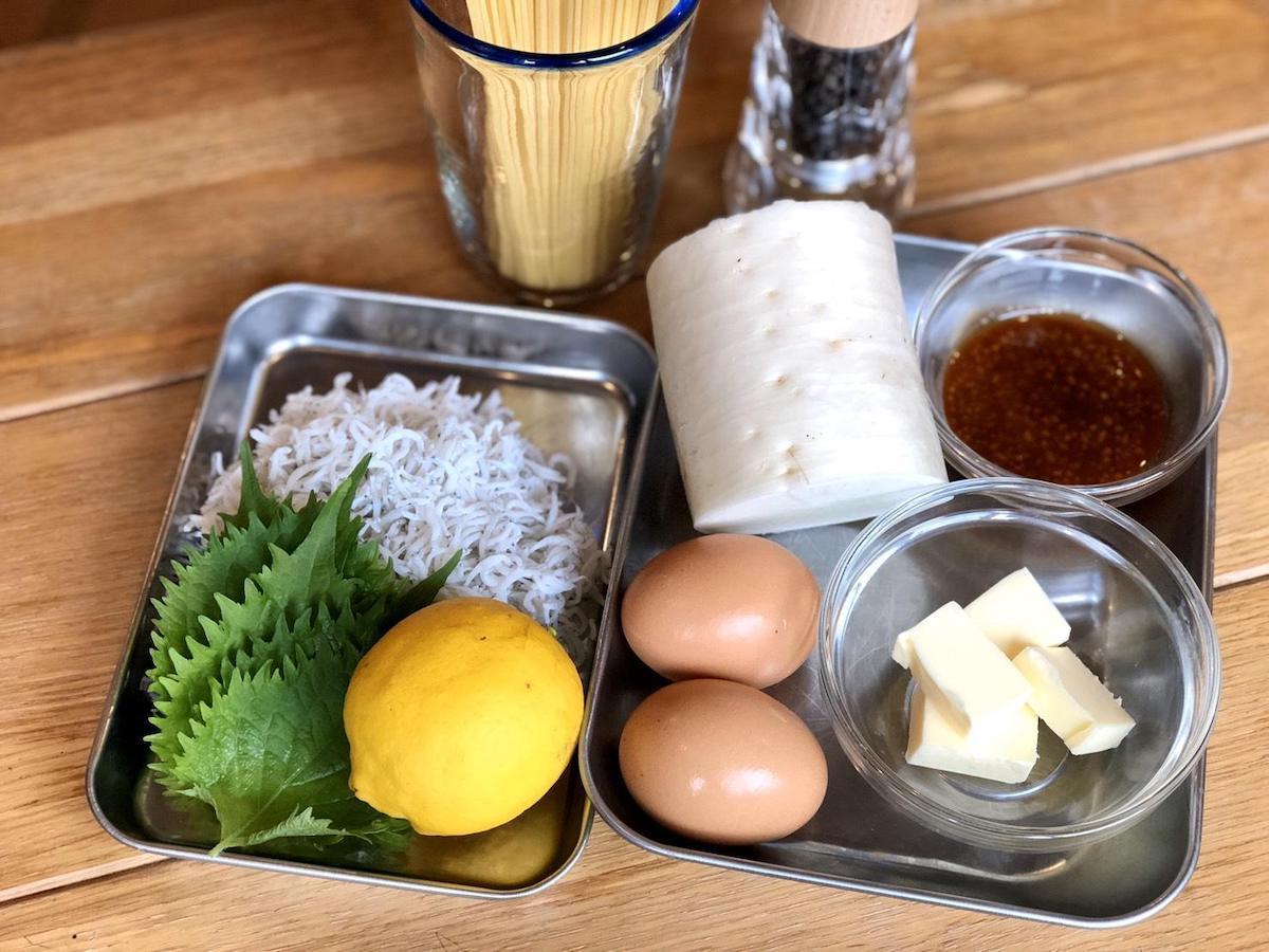 しらす、レモン、大葉、大根、卵、など手に入れやすい材料が並ぶ
