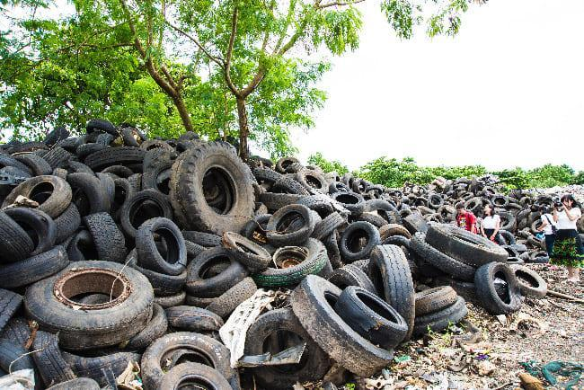 ポンペイの廃棄タイヤの山