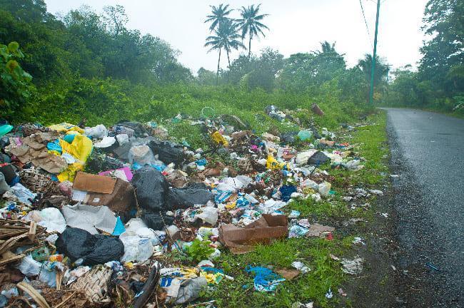コスラエ島の街の中にはこのようにゴミが散乱