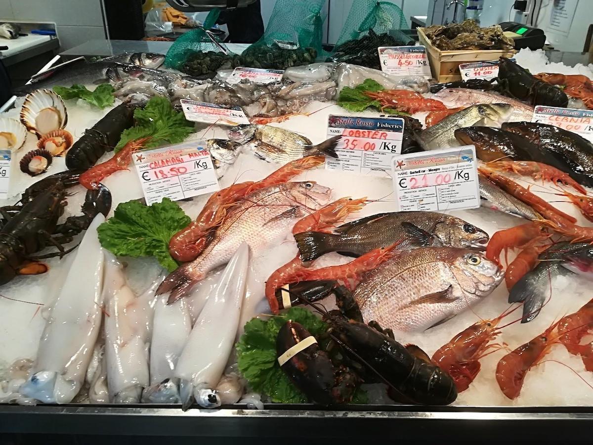 アイスベッドに並ぶ様々な魚