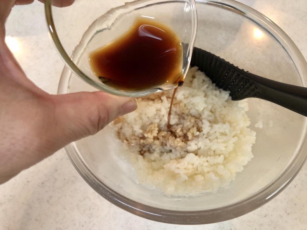 炊きあがったごはんに、赤酢を入れる