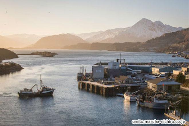 アラスカにある世界最大級の魚の生産工場は誰が管理しているのか