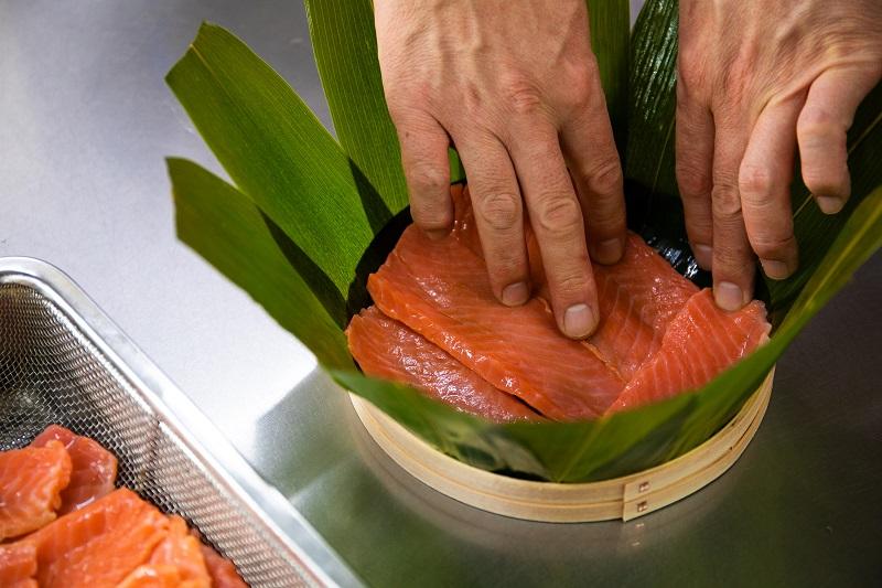 ます寿司をつくる工程の画像