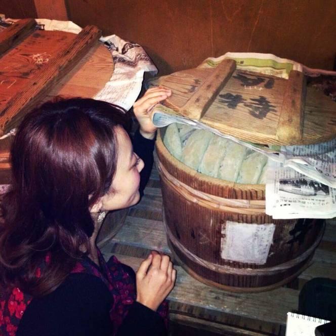 樽で仕込み中のカツオ節