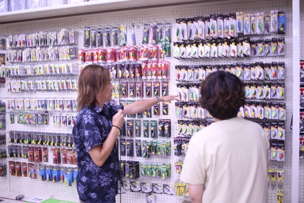 店内のルアーみながら説明する様子