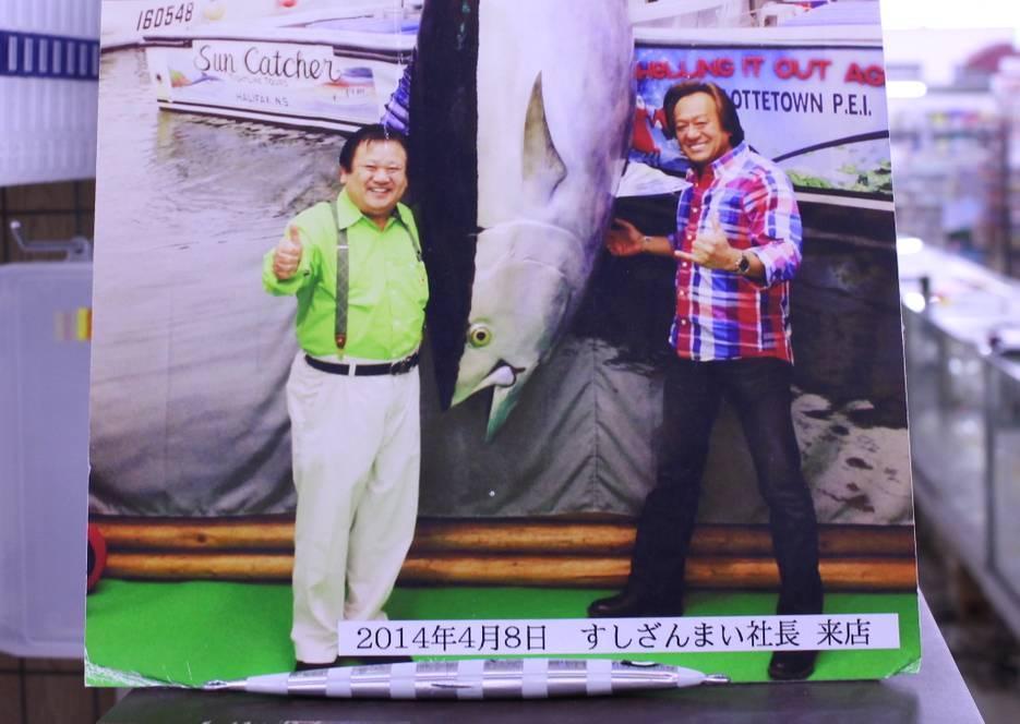 すしざんまいの社長と村田基さんの写真