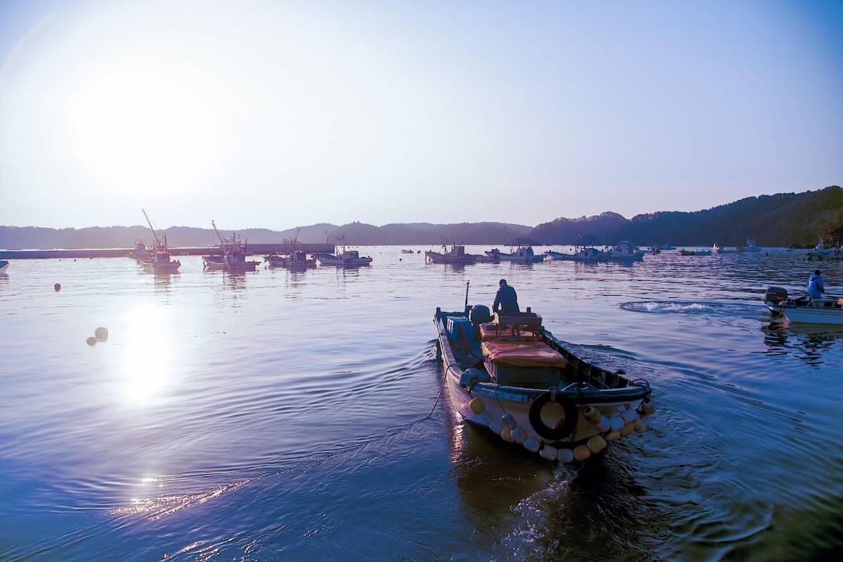 船上で作業中の漁師