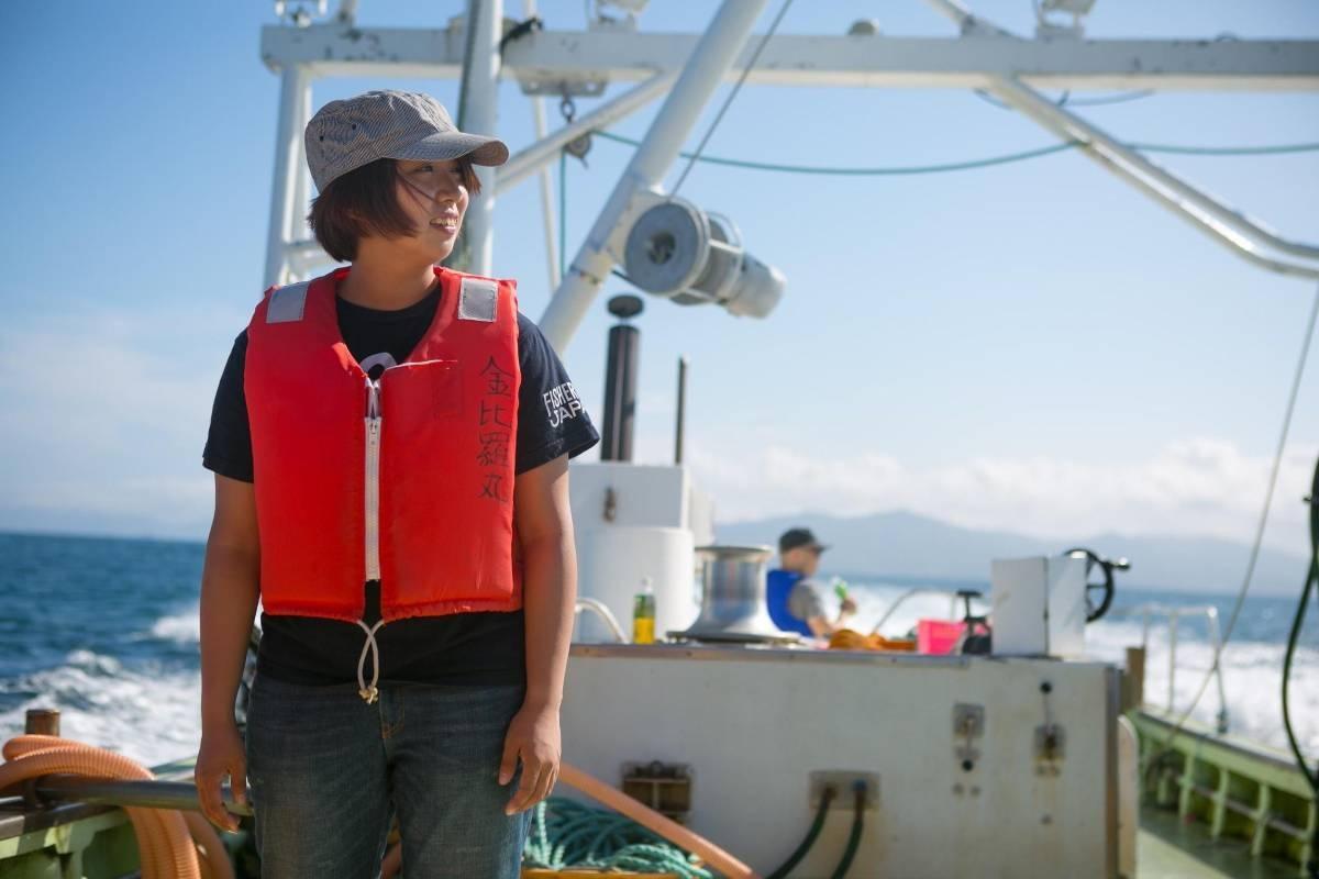 漁船に乗る島本さん