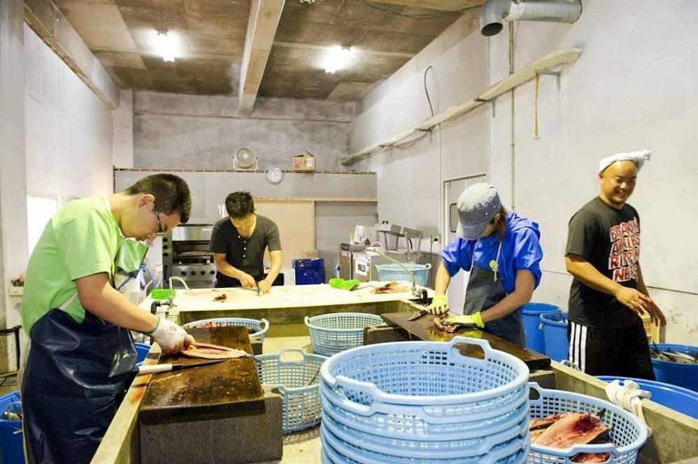 くさやの伝統を島内に留めず、広く伝えていくためにつくられたシステマチックな「藍ヶ江水産」の製造ライン
