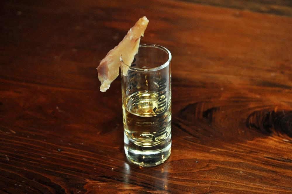 グラスにくさやが添えられたテキーラ