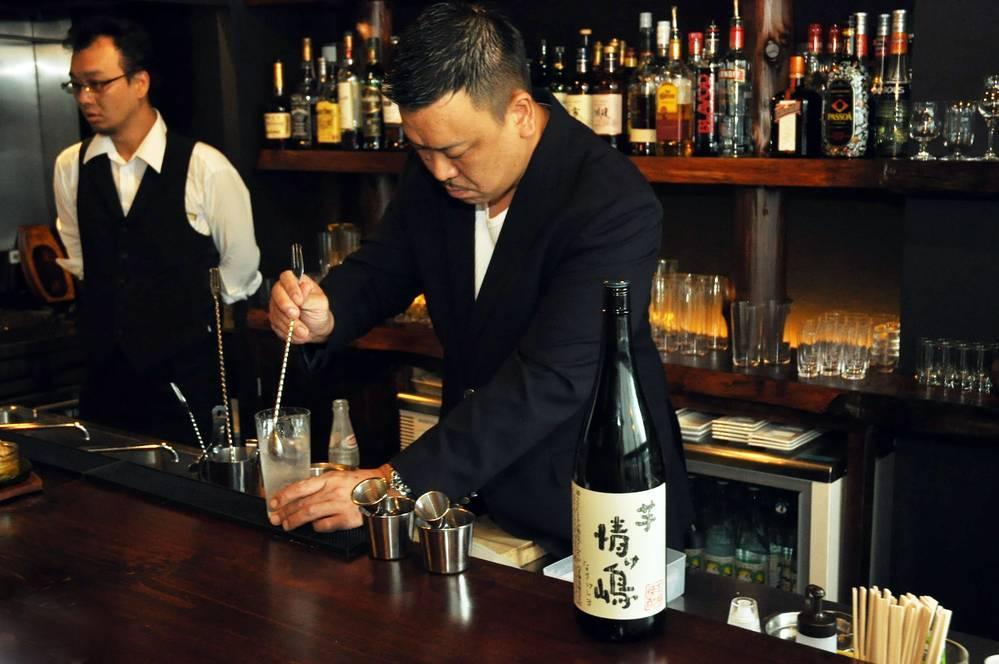 カウンターでお酒をつくる<b>加藤さん</b>