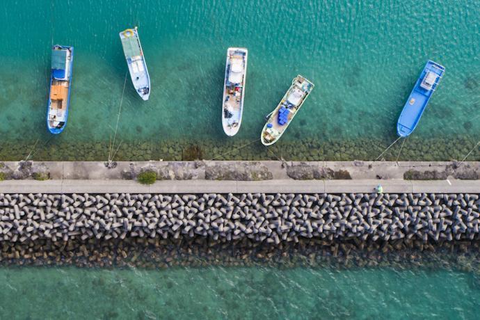停泊する漁船を上空から撮影