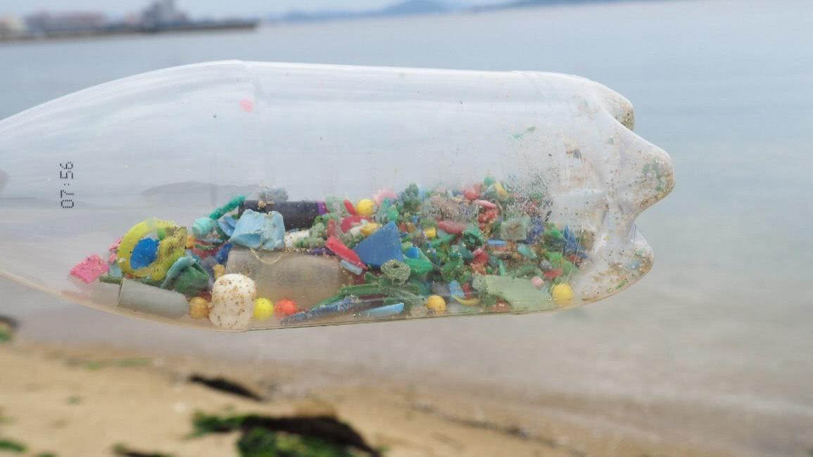 ペットボトル中には小さなプラスチックゴミが