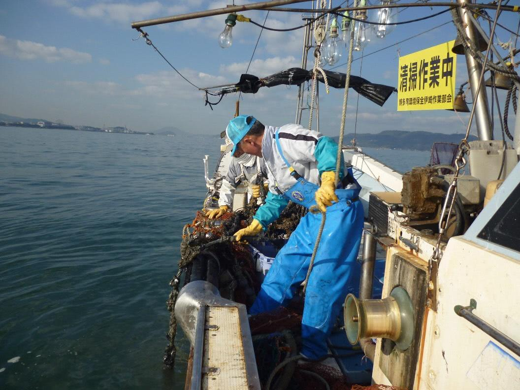 漁船でゴミを引き上げる様子