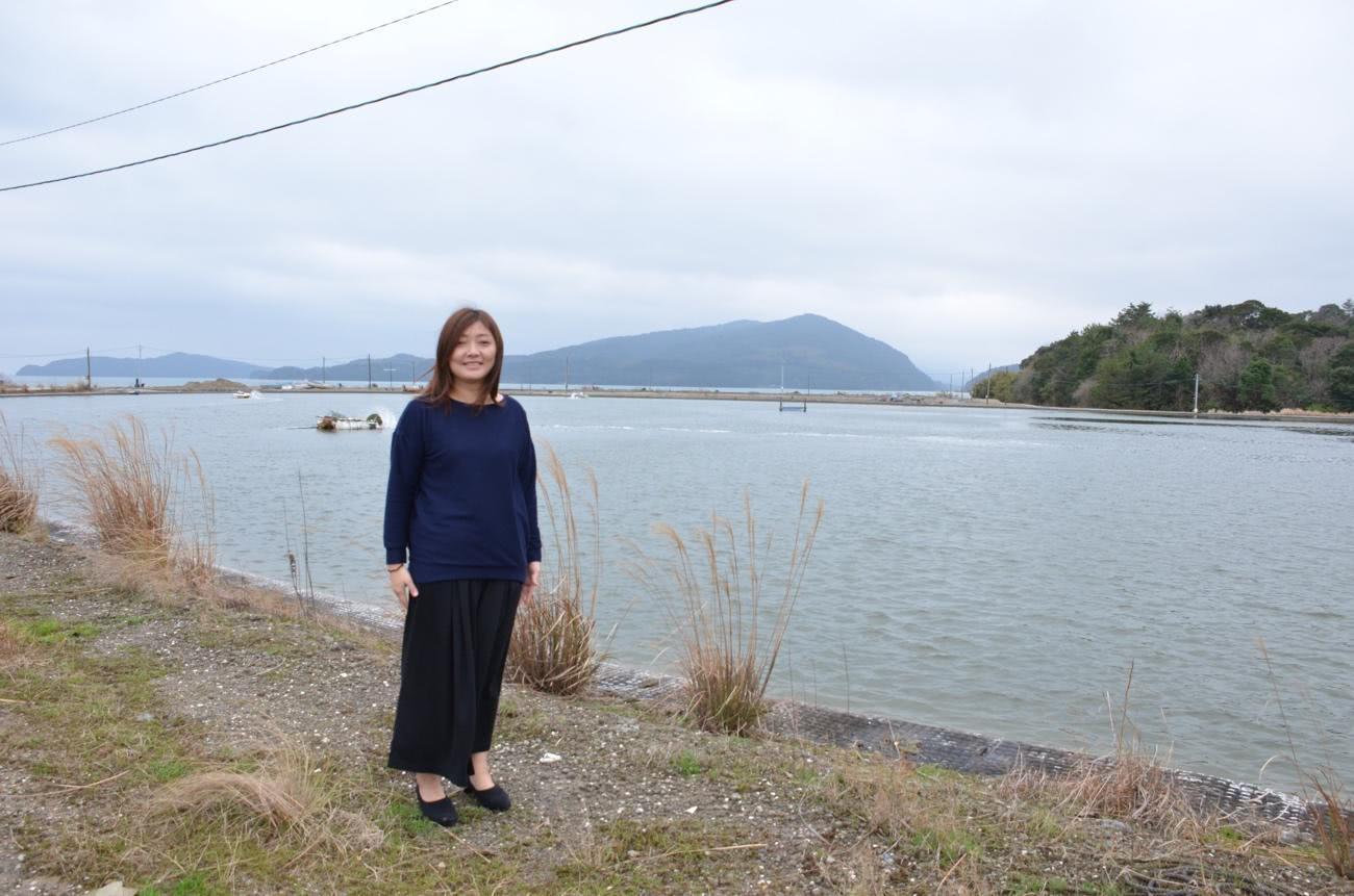 クルマエビ養殖池の前で撮影