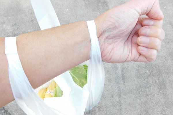 レジ袋の有料化は効果的か? メリットや義務化の原因・背景とは