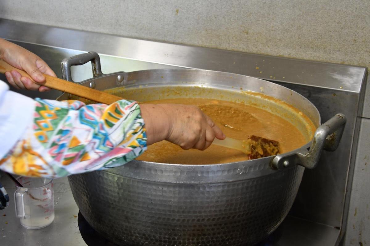 「ごまだし」は焦げやすいので、大鍋で40分以上絶えずかきまぜなければならない重労働