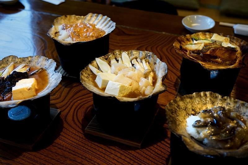 貝殻に様々な具材がのっている