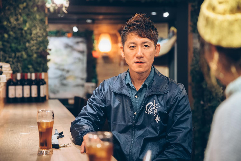 店内で話す右田さんの写真