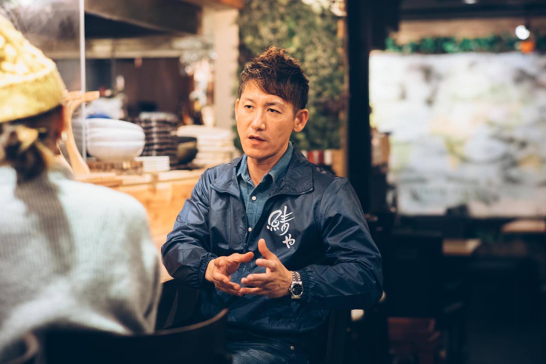 店内で話をする右田さんの写真