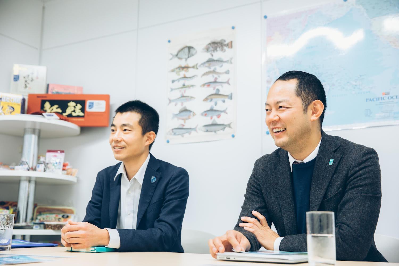 インタビューを受ける鈴木さんと山本さん