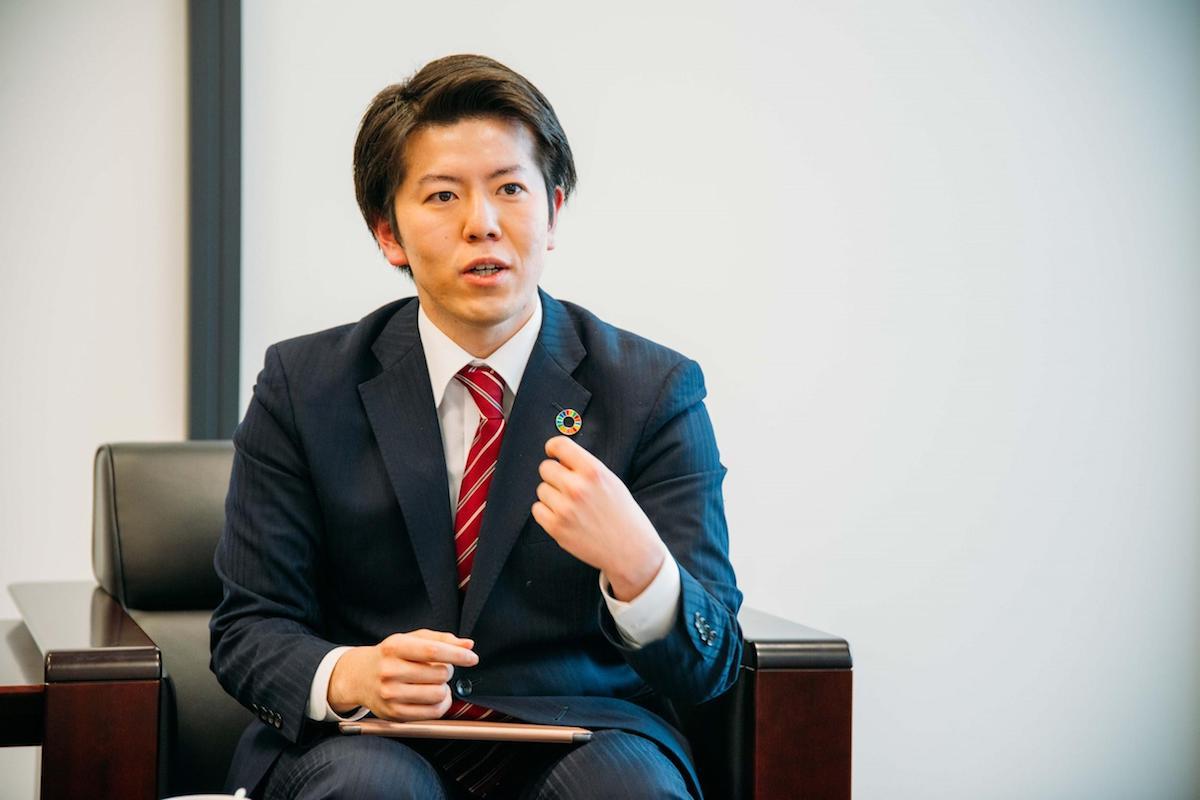 インタビューに答える田中秀幸さん