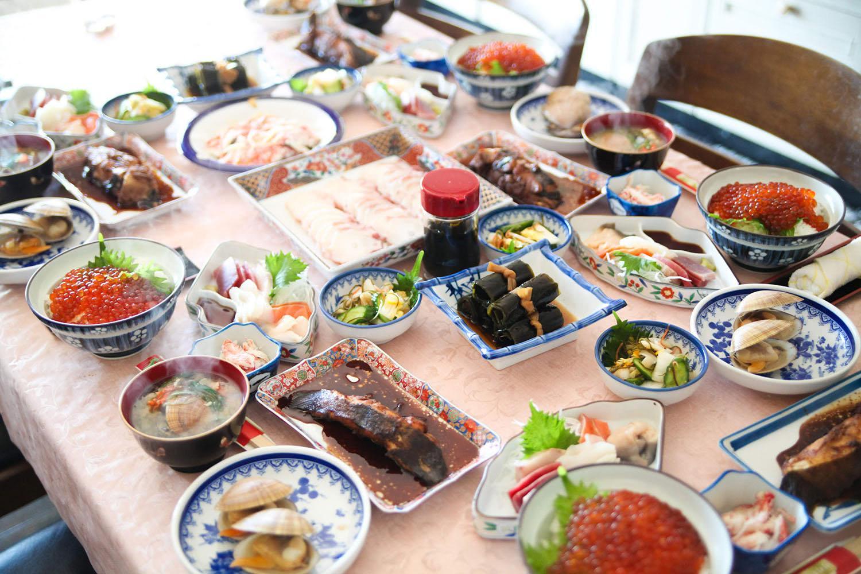食卓いっぱいに並ぶ魚料理
