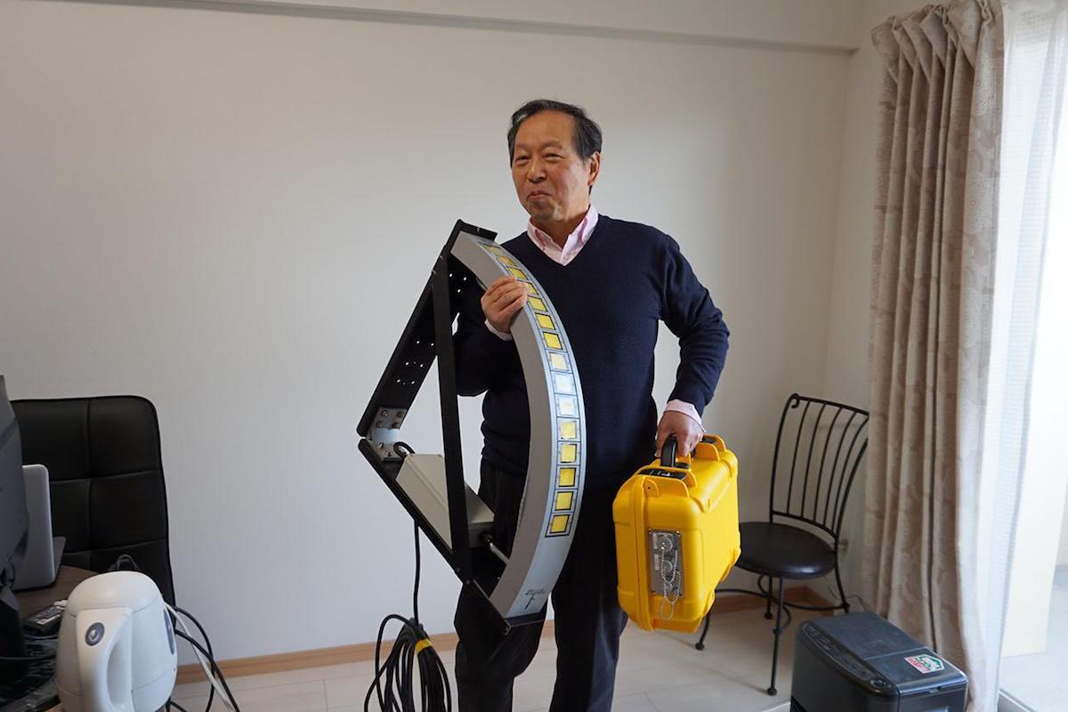 ソナーを抱えて誇らしげな濱野さん。めちゃくちゃうれしそう