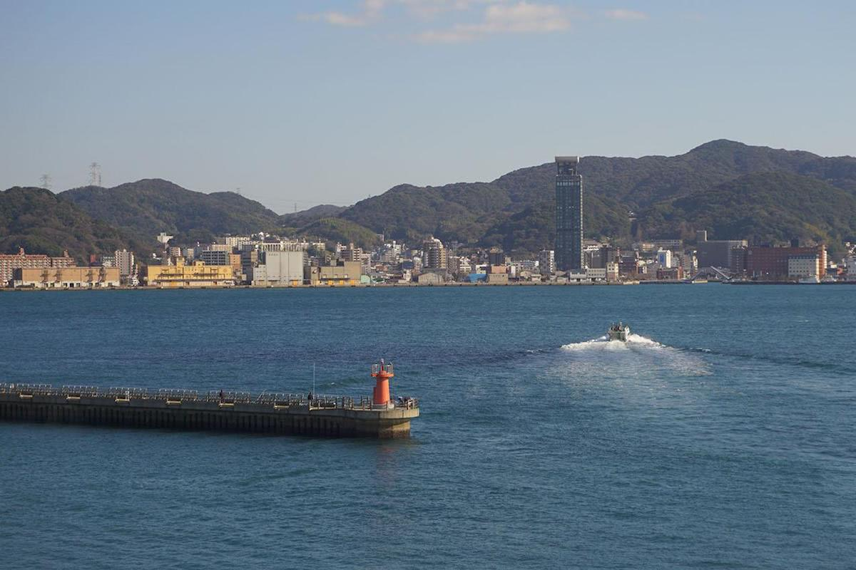 出航する船の景色