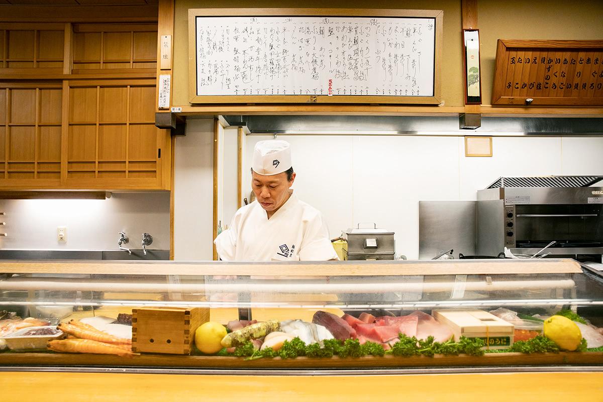 瀬戸内海で獲れた魚がずらりと並ぶすし屋のカウンター