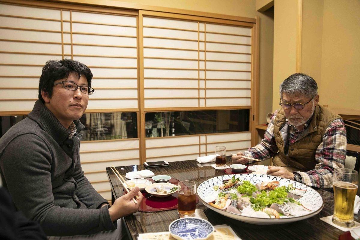 山崎さんと牧さんがテーブルを囲む様子