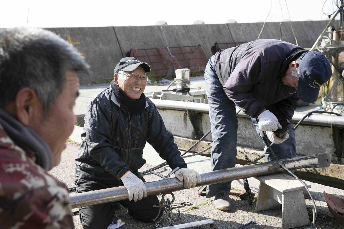 地元漁師の方々が自身の船の機材を溶接していた様子