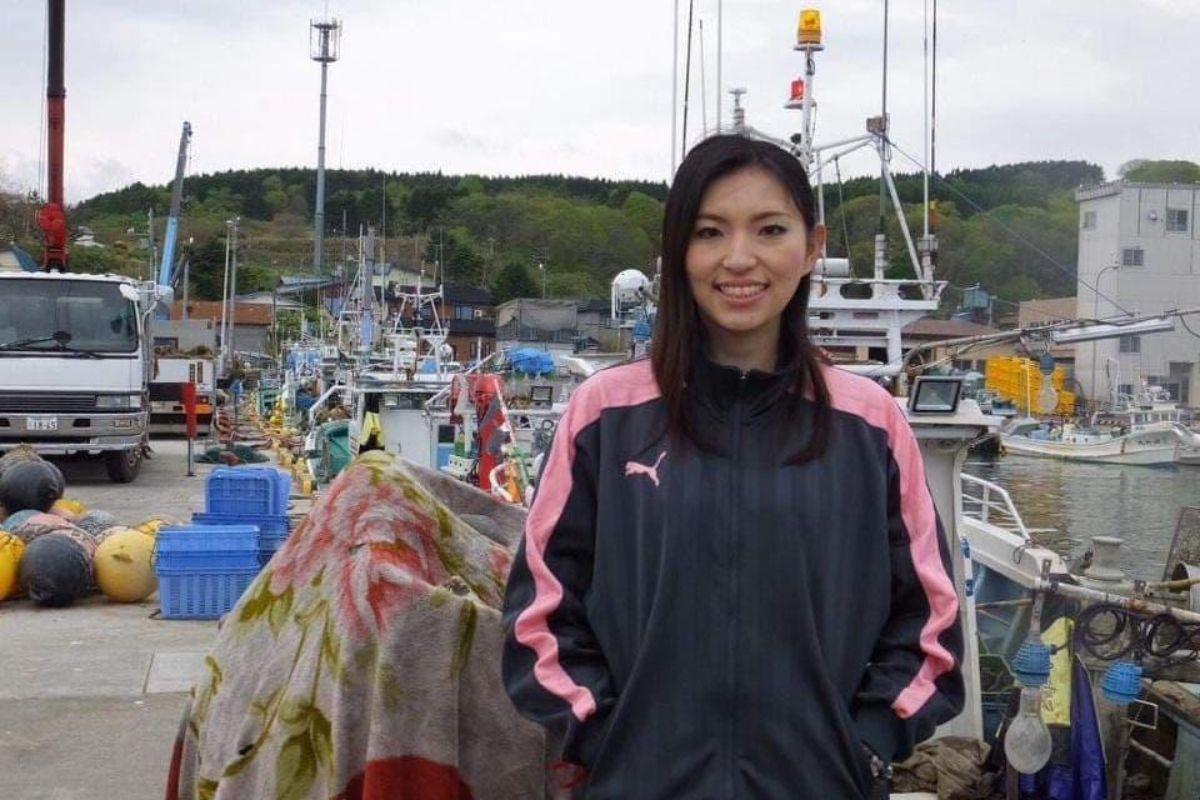 漁港に立つ志保さん