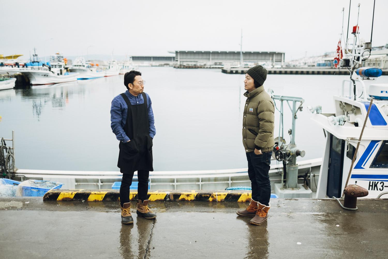 向かい合う川口さんと柿次郎