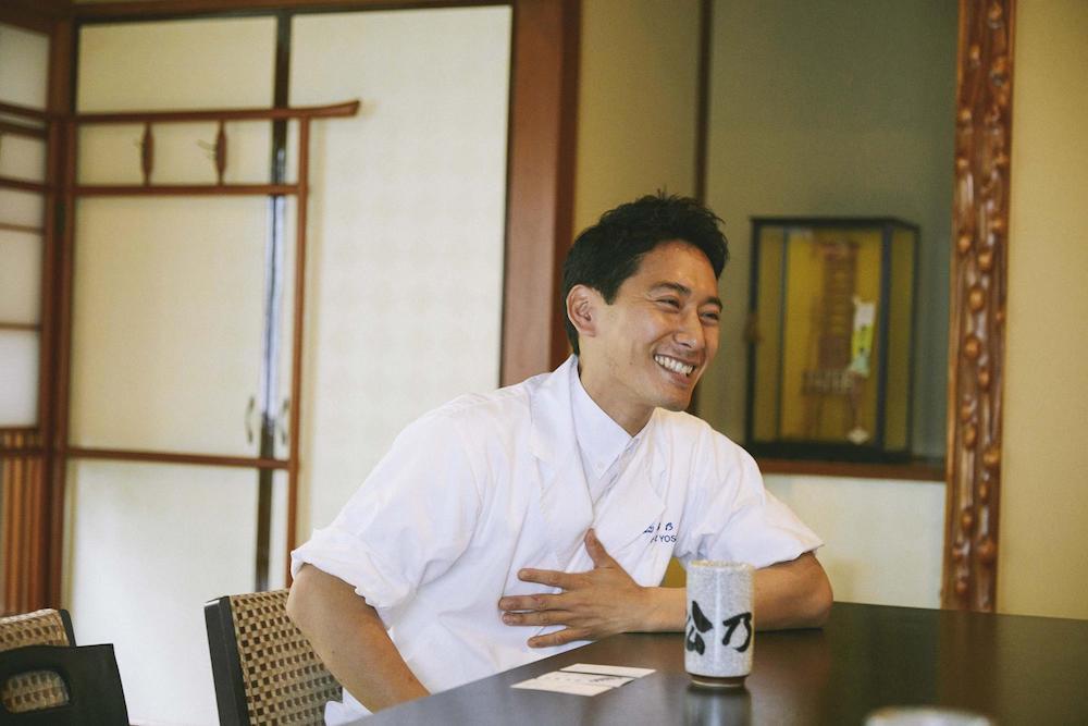 笑顔で話す手塚さんの写真