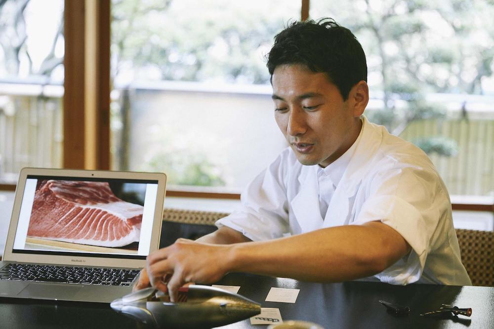 マグロの部位の説明をする手塚さんの写真