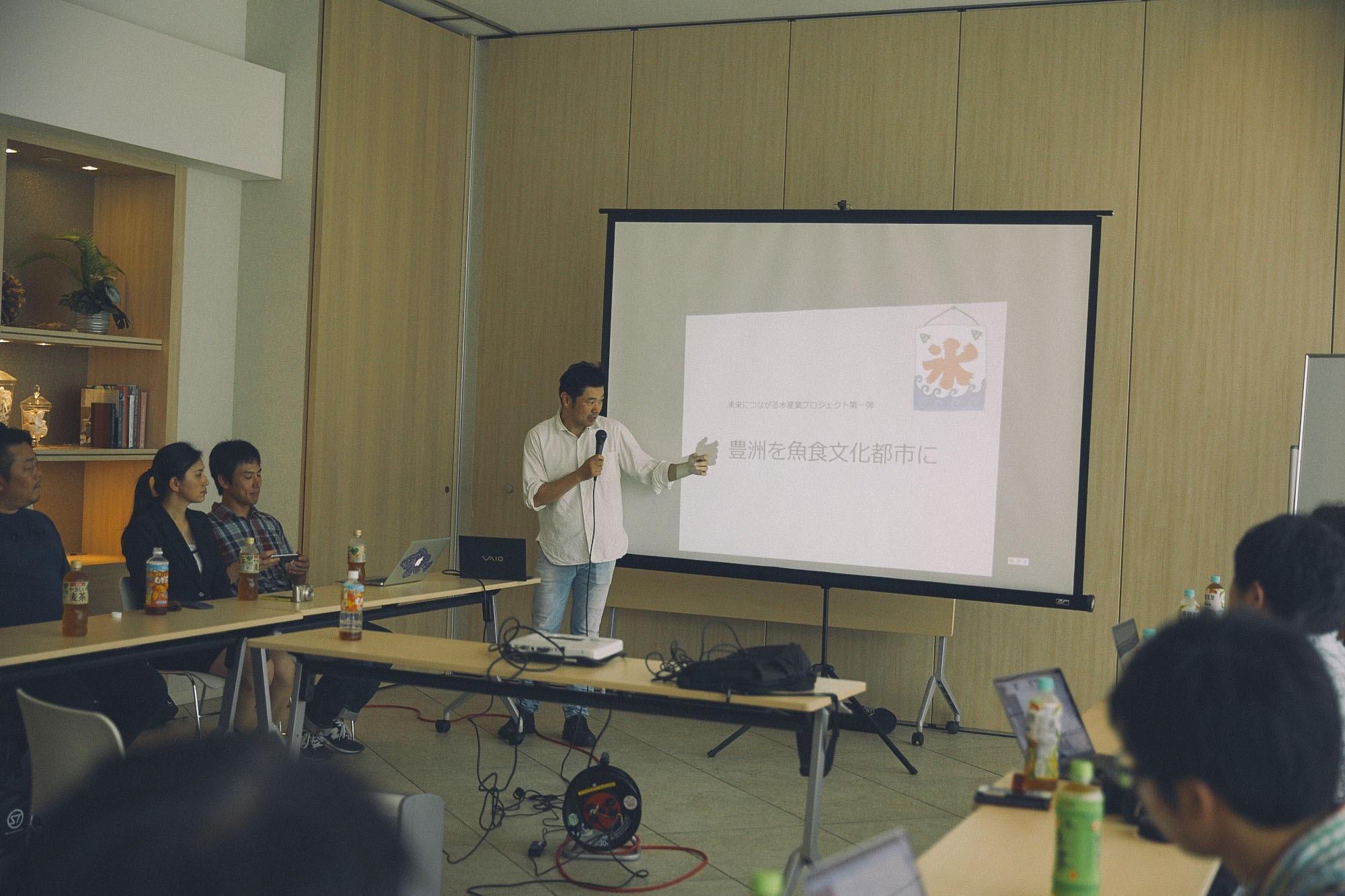 話をする勝川先生の写真