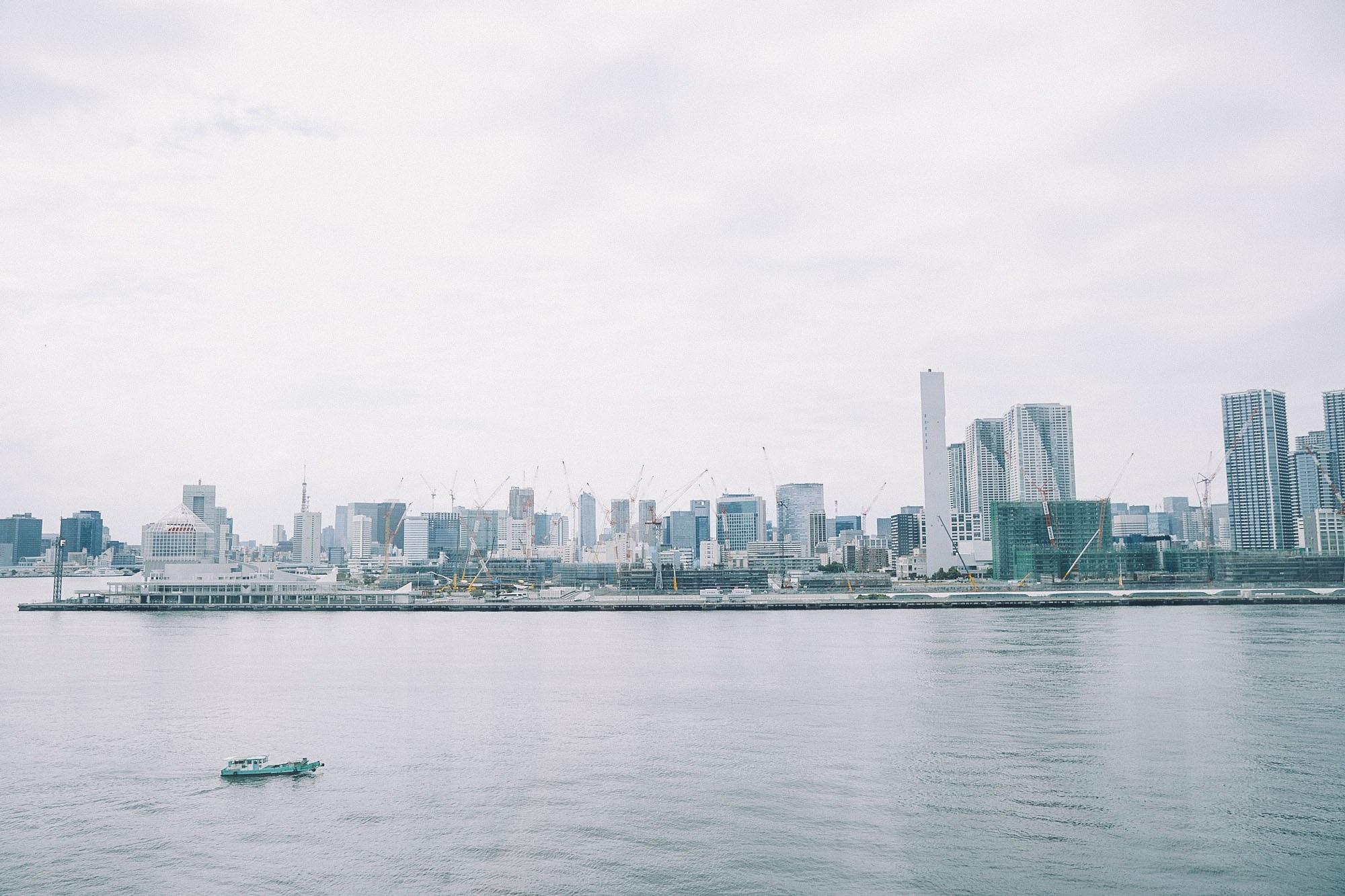 海から見た豊洲市場の遠景