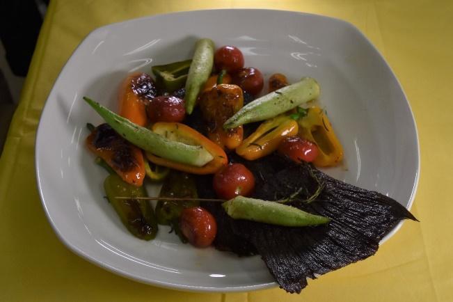ヒラメの尾で香りをつけた野菜