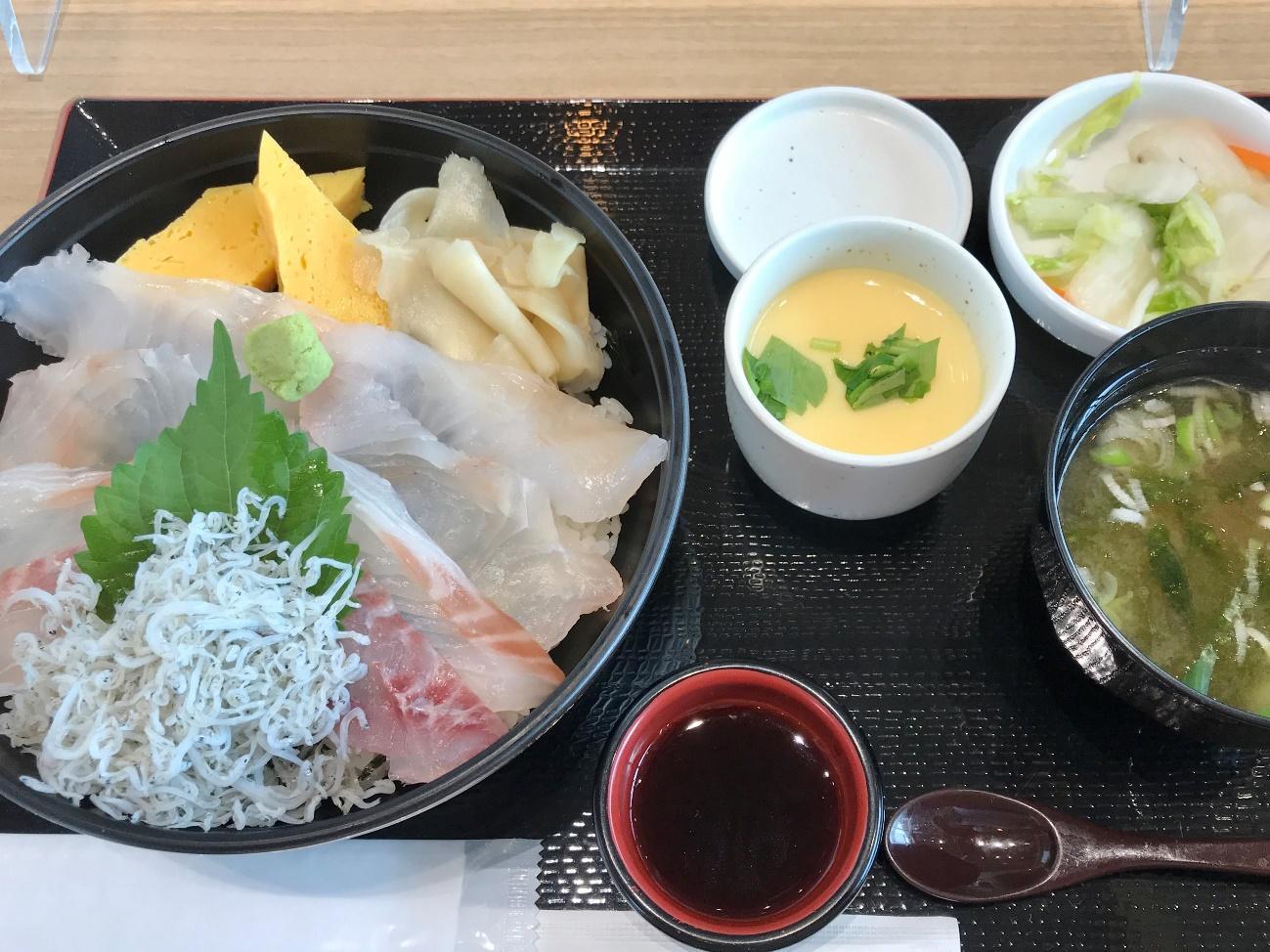 ヒラメやシラスが盛られた海鮮丼